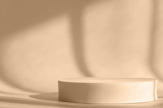 Présentation du produit cosmétique avec ombres et lumière des fenêtres. podium rond beige, présentoir. effet de superposition d'ombre naturelle de fenêtre sur la surface violette