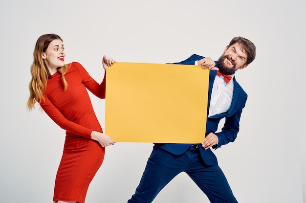 Présentation du studio de publicité maquette jaune homme et femme mignon