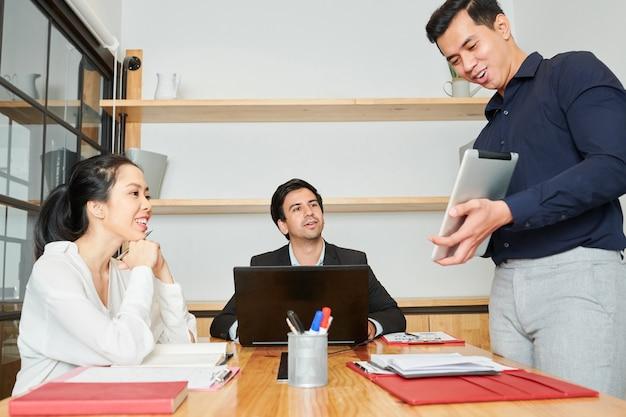Présentation d'entreprise au bureau