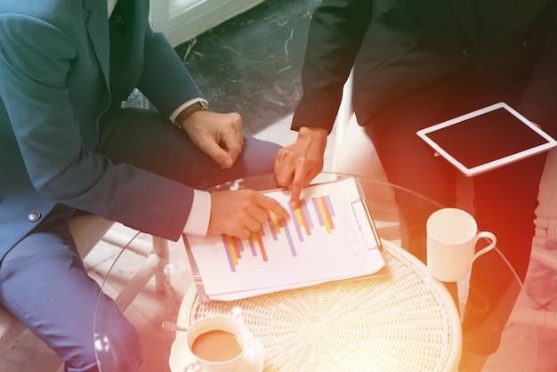 Présentation de l'équipe d'affaires. démarrage plan d'affaires et discussion avec le concept de réunion d'ingénierie d'organisation de données papier