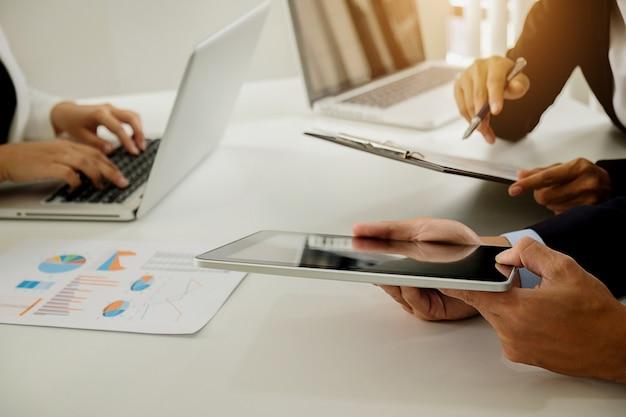 Présentation de l'équipe d'affaires. investisseur professionnel travaillant avec un nouveau projet de démarrage. digital tablette ordinateur portable design téléphone intelligent dans le bureau.