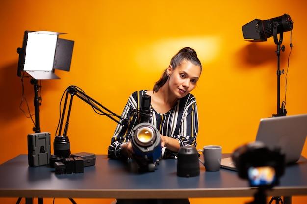Présentation de la lumière de studio pour la production de vlog en home studio