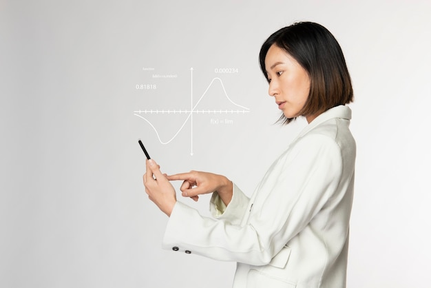 Présentation numérique futuriste par une femme d'affaires en blanc