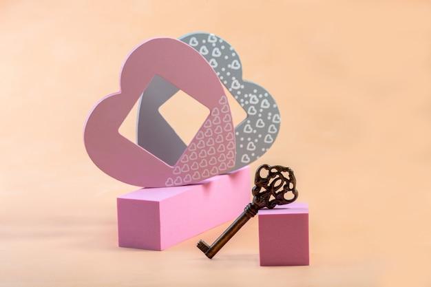 Présentation sur podium avec décoration en forme de cœur et clé vintage