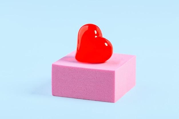 Présentation podium avec décoration en forme de coeur