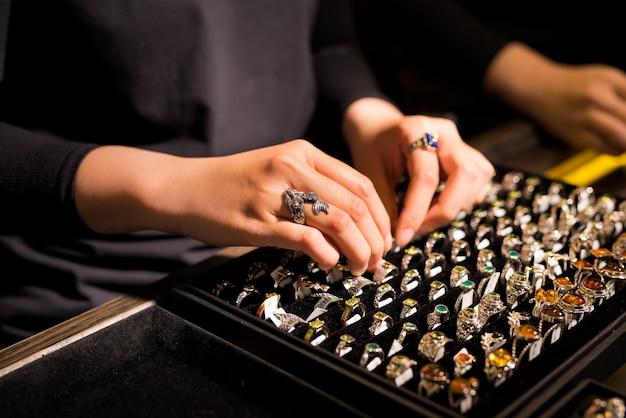 Présentation de la vitrine de vente au détail en bijouterie avec bagues