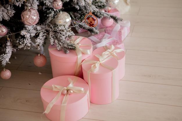 Présente et cadeaux sous l'arbre de noël, concept de vacances d'hiver.