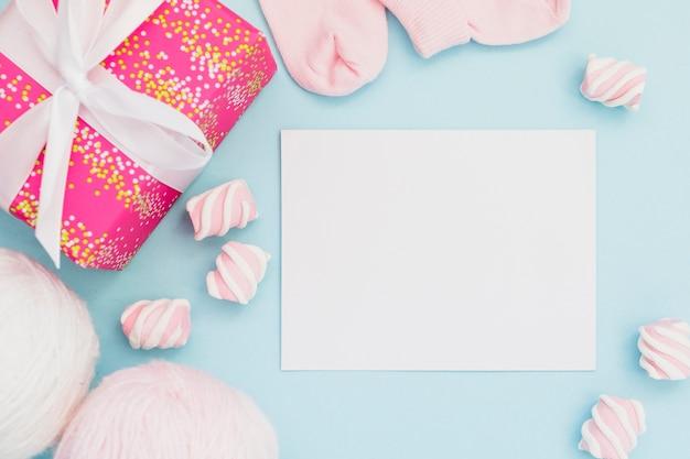 Présente pour bébé douche et carte postale