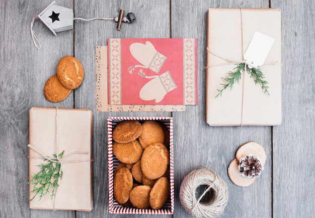 Présente près des biscuits dans une boîte, un nichoir à oiseaux et une canette de fil