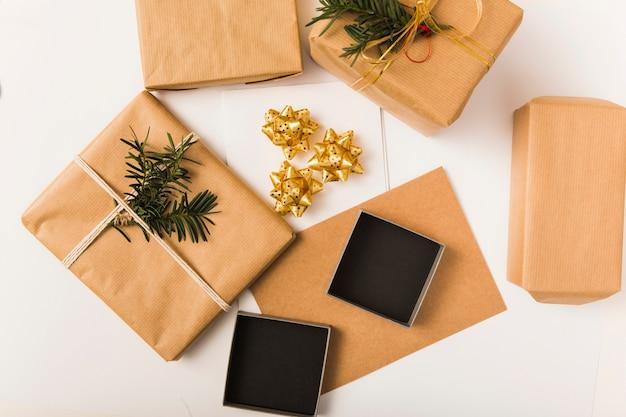 Présenter des boîtes en papier kraft avec des brindilles près des arcs