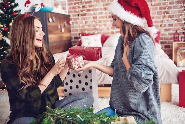 Présenter des cadeaux, c'est une tradition de la veille de noël