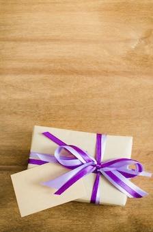 Présenter avec une étiquette vide sur un fond en bois.