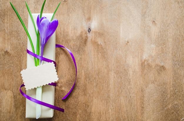 Présenter avec une fleur fraîche et une note vide.