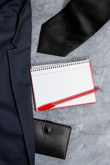 Présenter de nouvelles conceptions de tenues de travail appropriées, afficher des vêtements de bureau formels, rédiger des notes importantes, une tenue de journaliste abstrait, obtenir des mesures de vêtements