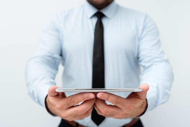 Présenter de nouvelles idées technologiques discuter des améliorations technologiques présenter un produit électronique connecter les gens appels vidéo messages vocaux connexions mondiales