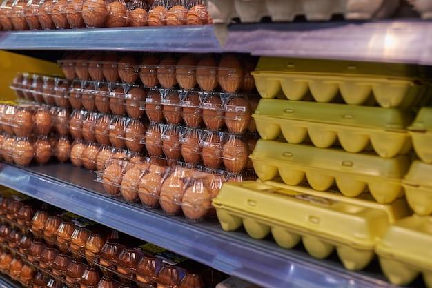 Présentez des œufs de poule dans le magasin
