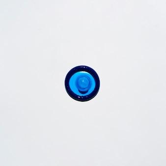 Préservatif bleu vue de dessus sur fond blanc
