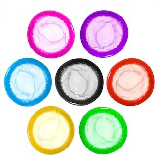 Préservatifs colorés sur fond blanc
