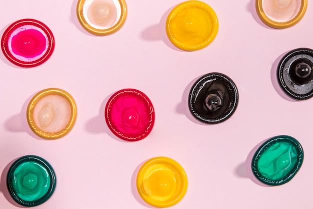 Préservatifs colorés non emballés vue de dessus