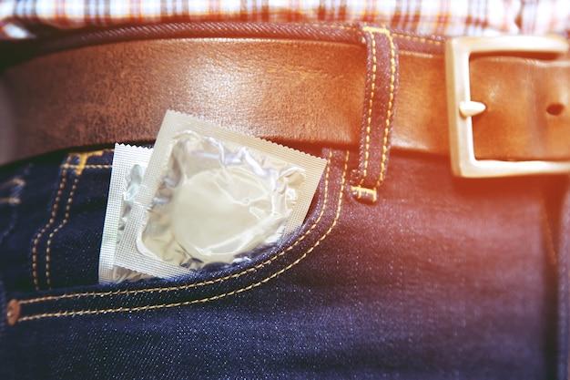 Préservatifs dans la poche de jeans qui sort.