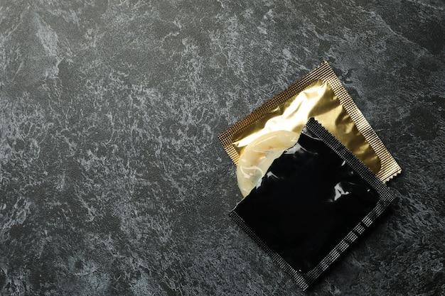 Préservatifs sur fond noir fumé, espace pour le texte