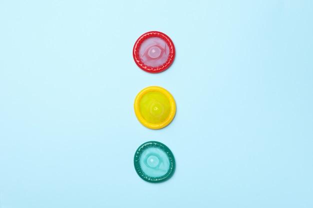 Préservatifs multicolores sur surface bleue