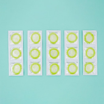 Préservatifs verts enveloppés dans la vue de dessus