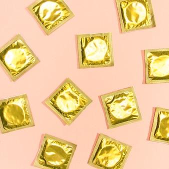 Préservatifs vue de dessus avec wrappers d'or