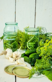 Préservation des concombres de maison frais. mise au point sélective.