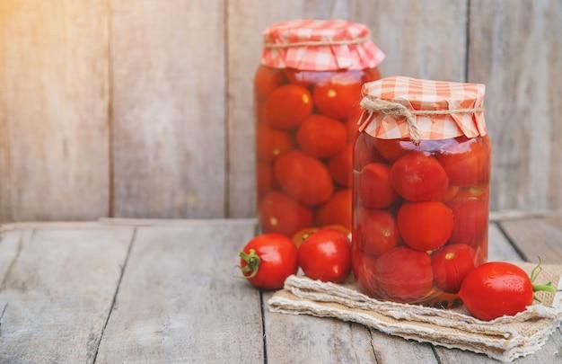Préservation des tomates faites maison. aliments