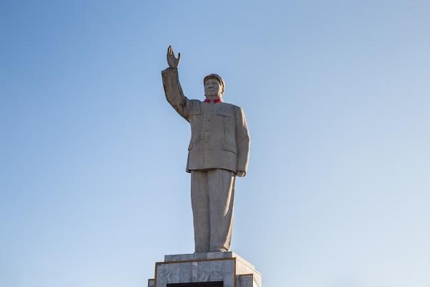 Le président mao (mao zedong ou mao tse-tung) statue dans le centre-ville de lijiang, province du yunnan, chine