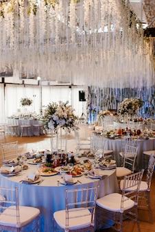 Le présidium des jeunes mariés dans la salle de banquet du restaurant est décoré de bougies
