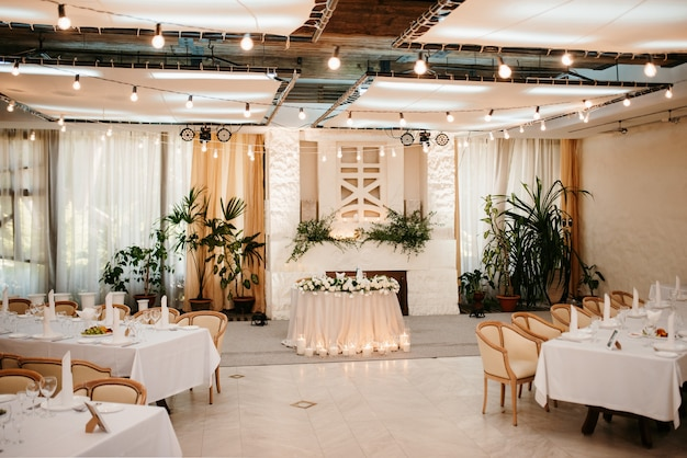 Le présidium des mariés dans la salle de banquet du restaurant est décoré