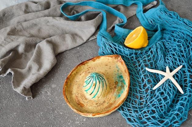 Presse-agrumes artisanal en argile réfractaire. plats en argile.