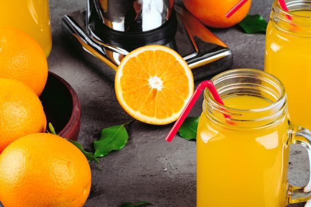 Presse-agrumes orange sur la table de la cuisine se bouchent