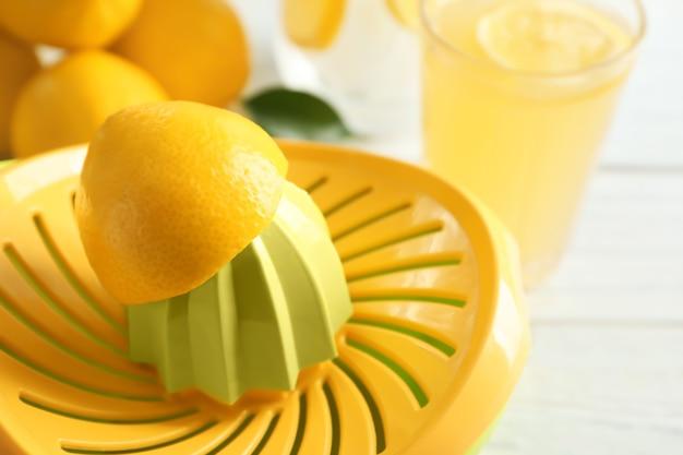 Presse-citron sur table, gros plan