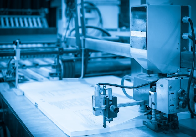 La presse offset dans le processus de production dans l'imprimerie