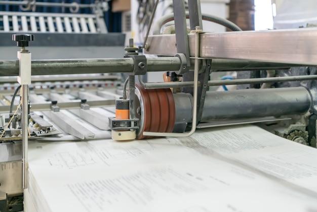 La Presse Offset Dans Le Processus De Production Est Dans L'usine D'impression Photo Premium