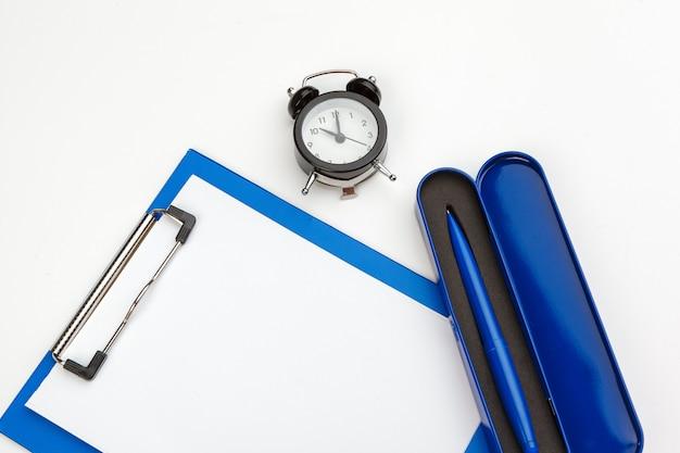 Presse-papiers bleu sur la table de bureau