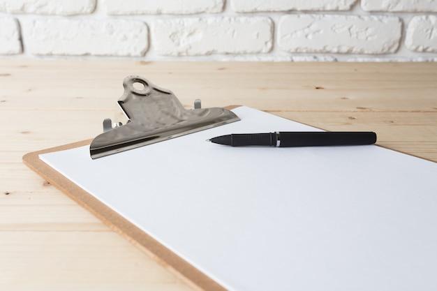 Presse-papiers en bois sur bois