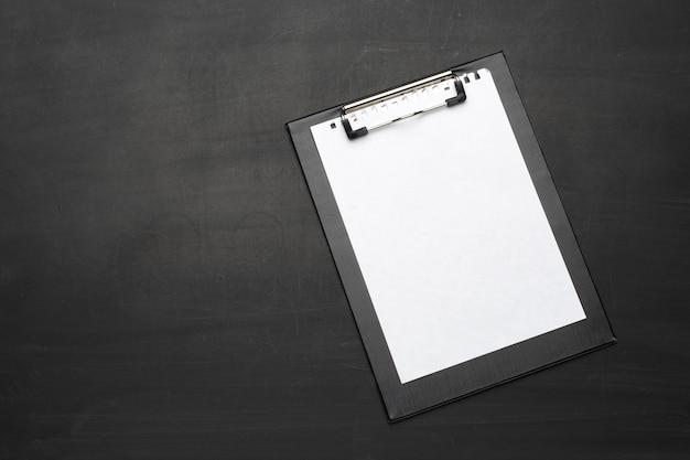 Presse-papiers de bureau sur la table se bouchent