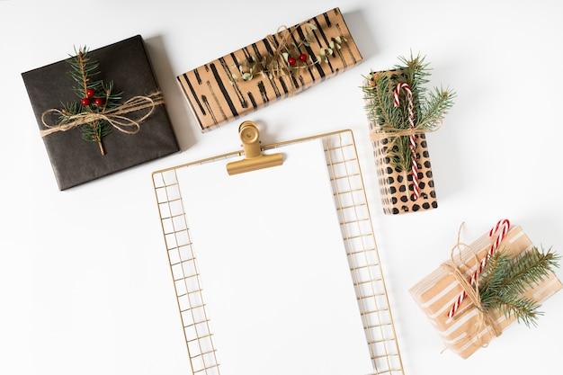 Presse-papiers avec des cadeaux de noël sur la table