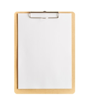 Presse-papiers avec du papier blanc isolé sur fond blanc avec un tracé de détourage