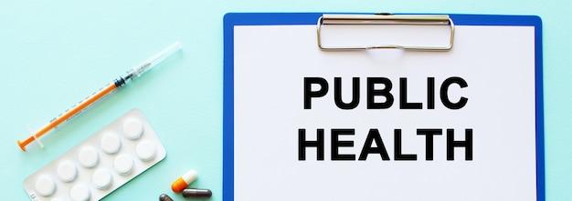 Un presse-papiers avec du papier se trouve sur une table. inscription santé publique. concept médical.