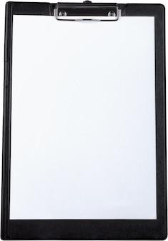 Presse-papiers avec du papier vierge isolé sur fond blanc