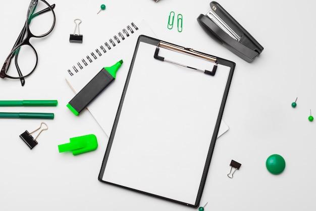 Presse-papiers avec une feuille blanche et un stylo isolé. vue de dessus