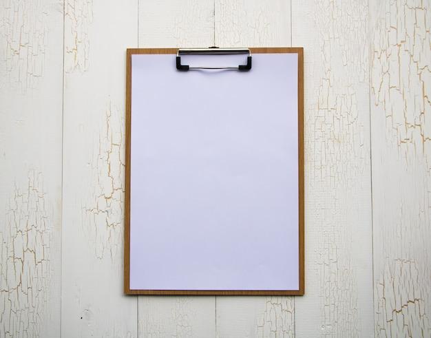 Presse-papiers avec feuille blanche