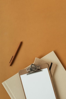 Presse-papiers de feuille vierge avec espace copie vide, stylo sur surface de gingembre