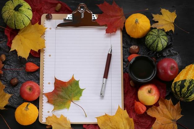 Presse-papiers avec des feuilles d'érable, des citrouilles et des pommes
