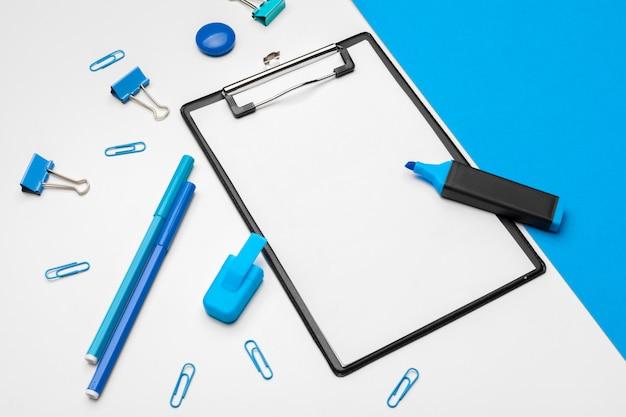 Presse-papiers maquette sur duotone vibrant bleu et blanc